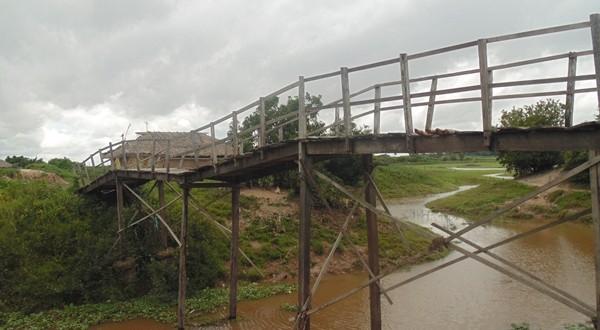 Moradores ribeirinhos estão preocupados com estado de ponte que está em péssimas condições