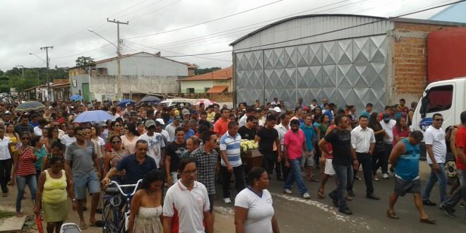 Centenas de pessoas participam do cortejo fúnebre da pindareense Aurinete Mendes