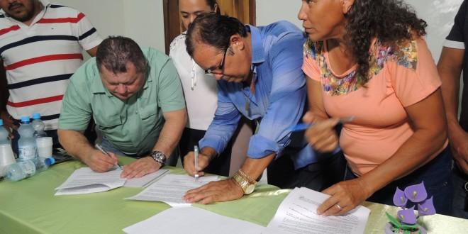 Assinado o convênio para a construção da estrada do Povoado Olho D'água dos Carneiros