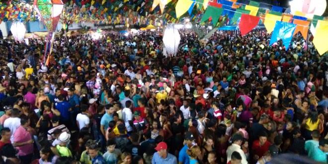 Uma multidão participa do encerramento do Arraial de Pindaré Mirim