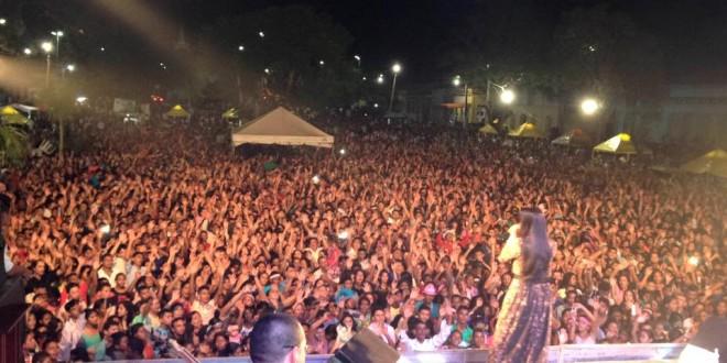Abertura do aniversário de Pindaré reúne uma multidão no show da cantora Damares