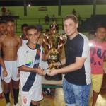 José Victor Cruz entregou o prêmio ao campeão, o time do Vasco.
