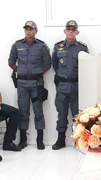 A esquerda, tenente-coronel Cutrin, novo comandante do 7ºBPM, à direita o ex-comandante, Borba Lima