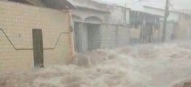 Chuva arrasta carro, forma correnteza em ruas e alaga rodovia na Grande São Luís
