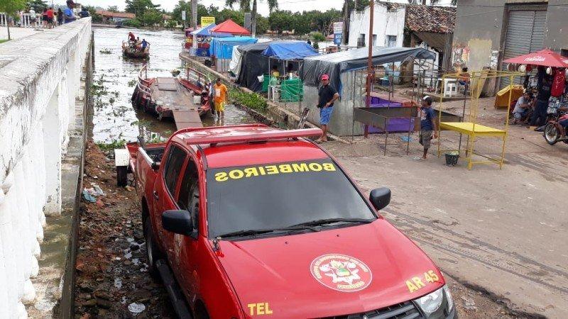 Equipe do Corpo de Bombeiros auxiliam na retirada de famílias atingidas pela cheia do Rio Pindaré. Foto: William Junior/Portal Pindaré