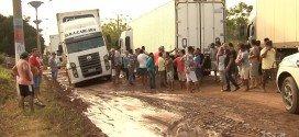 Caminhoneiros realizam protesto contra as más condições da BR-316